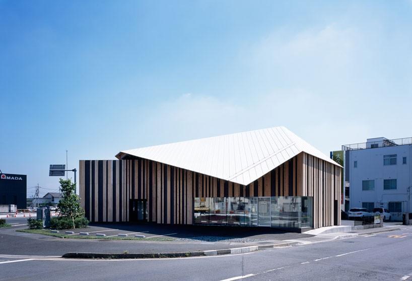 建筑形体四四方方,外立面为木材与黑色板材竖向铺成的饰面.