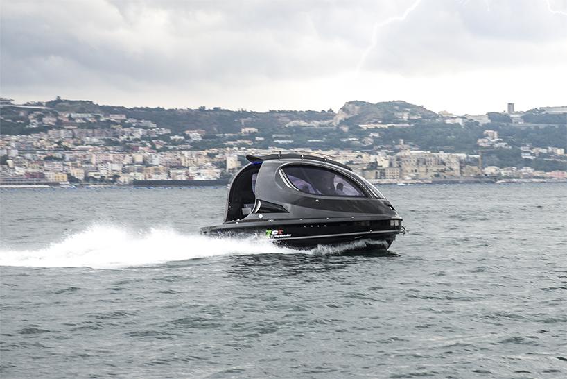 """jet capsule""迷你胶囊游艇在意大利那不勒斯历史上著名的fiart mare造船厂组装制造,这款独特的游艇为人们提供了一种完全不同于以往的海上交通新体验。设计师最初将""jet capsule""迷你胶囊游艇设想为一种小型私人游艇,此后又推出了水上出租车功能,不难看出,该款迷你游艇还将开发出更多不同用途。今年""jet capsule""迷你胶囊游艇再次推出了2016款,新款迷你游艇在原有基础上添加了更多可选的定制选项,如快艇后门、"