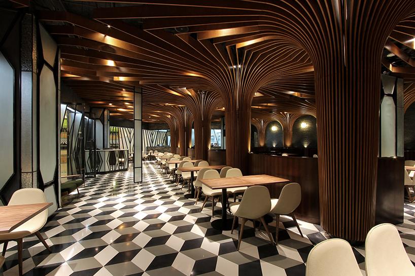 """这是为一个连锁餐饮品牌所做的全案品牌空间设计。餐厅位于中国西北部的云南,设计概念来自于中国传统""""竹编""""的元素与西方""""拱形""""空间结构相结合,再运用模数化的设计方法将其实现,呈现出带有东方怀旧情感体验的后现代主义风格。室内以巨大的""""竹树""""为顶梁而呈现,在内就餐时带来一种生动流畅的的就餐体验。"""