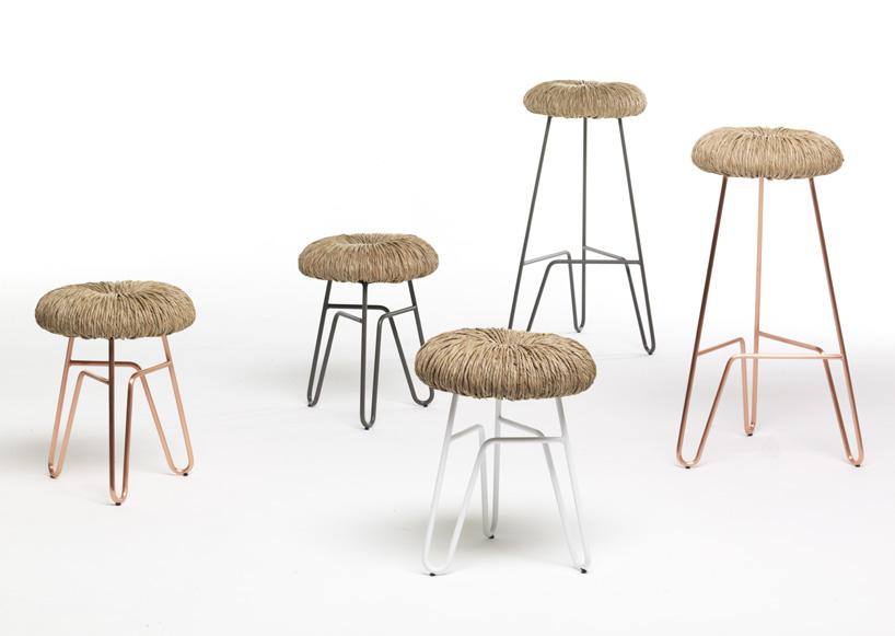 """意大利设计师alessandra baldereschi为mogg设计了名为""""甜甜圈""""的座椅作品集。这些椅子、凳子和箱式凳的座垫使用意大利传统手工艺,将草纤维手工编织制作而成,虽然看起来有点粗糙,但是坐起来却是非常舒服。""""甜甜圈""""结构是用带粉末涂层的弯曲金属制作而成。""""甜甜圈""""有四种形式——椅子、凳子(高和矮),箱式凳,有三种颜色可选:彩色、灰色和铜色。"""