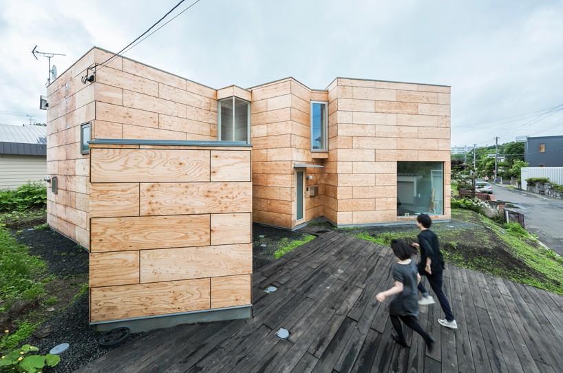 房子位于一个0.6米的小斜坡上,三块区域的错叠布置影响着内部的组织,大的艺术家工作室朝北采光,和一旁的客厅位于被小方盒分开的两个较大的方盒中,小方盒被用作房子的主入口。室内的混凝土地坪和木梁天花板贯穿整个室内,两层挑高的房间里有一个夹层办公区,用一个木桥的结构和其余房间连接起来。  艺术家工作室朝北采光
