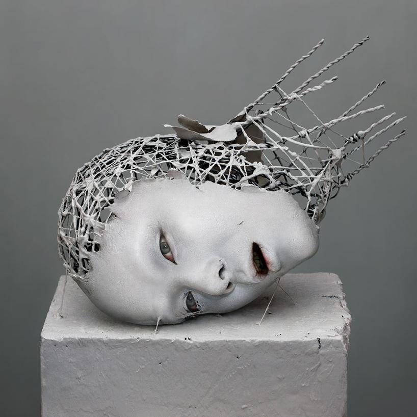 他的雕塑作品巧妙地融合了数字要素和物理要素,制作的肖像雕塑给人一