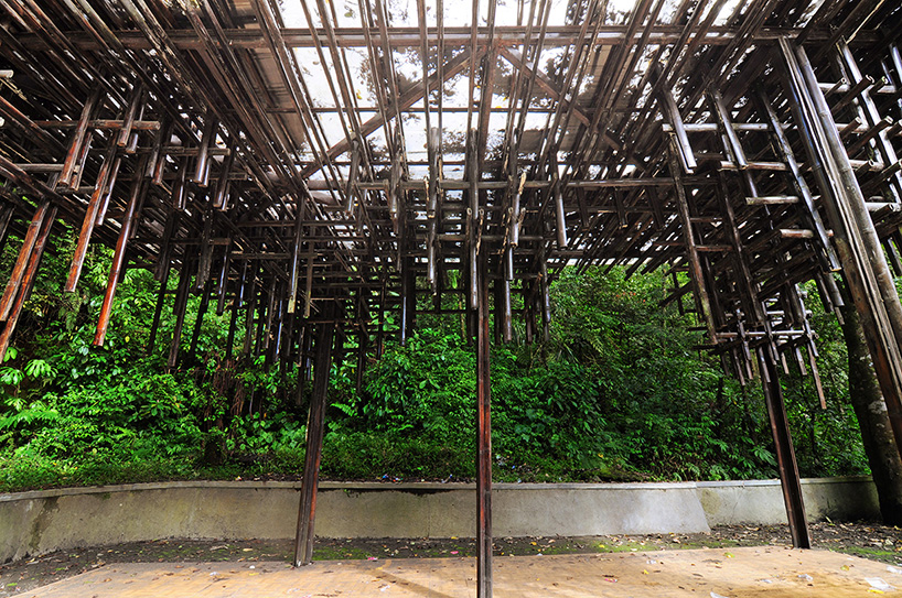 遮蔽处的支撑结构是由五角钢构成,用竹条覆盖.