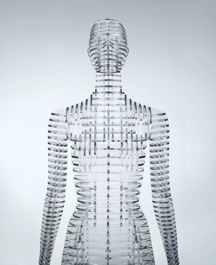 而在B房间的人体模特目的则在于加强、简化以及重新设计三宅一生的作品。八十年代三宅一生的设计采用了自己独有的工具与见解,这是充满了矛盾与享乐主义的十年,从那之后他便经历了一段纯粹的转折,首次提出了以人体为中心的设计创意。在B房间人们可以清楚地看到这些设计理念,这里展出了三宅一生后期其它风格的作品。因此为了衬托出这些服装,吉冈德仁设计的人体模特充满了未来主义气息。这些人体模特均由透明的丙烯酸树脂制作而成,三宅一生曾对最佳工艺与形式进行了深入调查,从而形成了自己独有的设计实践,而这些人体模型则恰恰突出了三宅一生