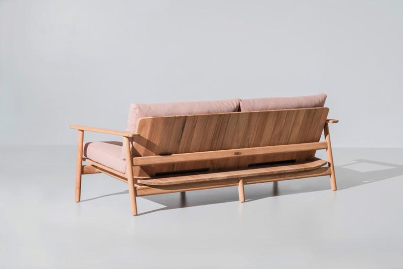 沙发后视图,展示室外家具木质结构