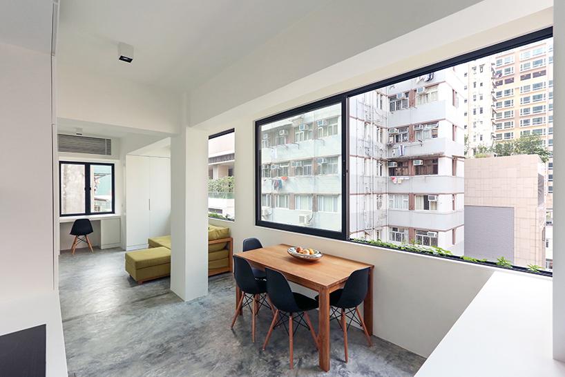 打开的窗户将整个客厅和厨房空间变成一个城市阳台