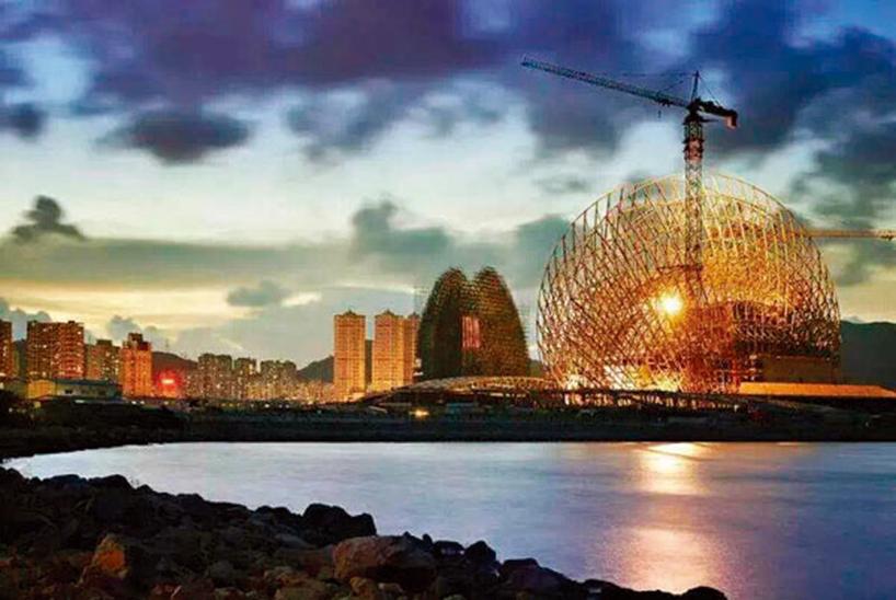 经典之作让世界惊叹 中国建筑设计师的创造力 珠海歌剧院建筑设计方案中标之后,最让人惊叹的是,这个设计方案竟然出自一个中国建筑师之手。因为业界早已习惯,歌剧院国际竞标由欧美建筑师垄断的局面。陈可石学生时代曾获首届全国大学生建筑设计一等奖,之后又设计了云南石林宾馆,汶川水磨中学,深圳湾超级总部国际竞赛获奖方案,林芝书画院等一系列获奖建筑。但是要取得像珠海歌剧院这样的建筑设计机会,只能靠非凡的毅力和创造力。陈可石表示,自己能够在无数的制约和困境中有所突破,也得益于深圳这座改革开放城市为建筑设计师提供了成长的土