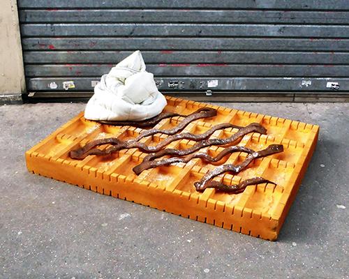 艺术家把废弃的床褥变成可口的食物