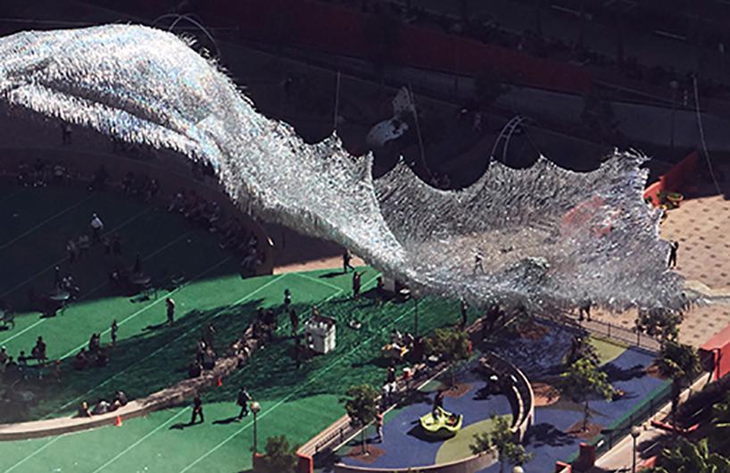 洛杉矶珀欣广场上的液体碎片装置