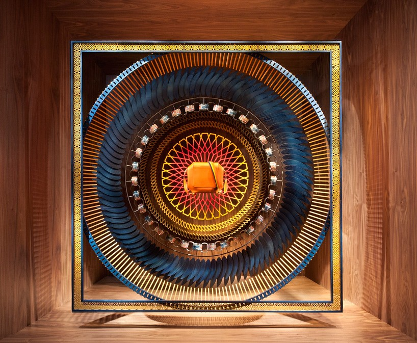动态橱窗装置的创意理念借鉴了为爱马仕标志性的丝巾创作的3d木橱窗的