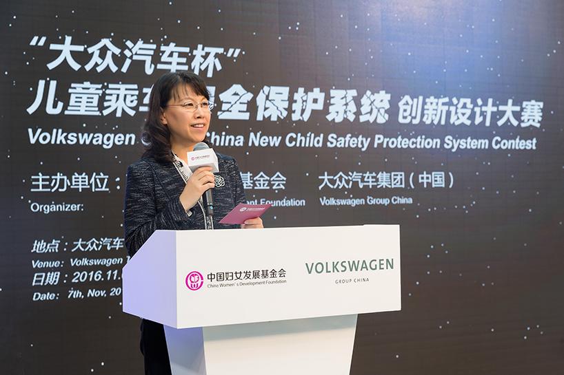 03 中国妇女发展基金会副秘书长张建岷在决赛现场致辞