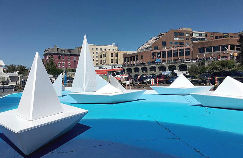 巨大的白色折纸船现身维多利亚港