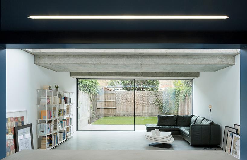由 bureau de change建筑事务所为伦敦住宅扩建的华夫饼式屋顶混凝土屋