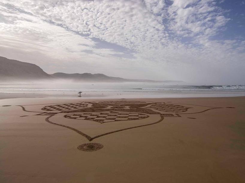 法国艺术家sam dougados受到阿拉伯图案的启示,在摩洛哥的海滩上创作了一系列极其复杂的沙画。这些沙画是在旅途中创作的,他在低潮的时候进行创作,不幸的是,几个小时之后这些画就会消失。 sam dougados创作的这些巨大的艺术作品让人们感受到了周围风景的脆弱和诗意,这些沙雕规模宏大、非常漂亮、存在的时间并不长,却为它们周围的环境增添了一丝亮点,让行人驻足观看,欣赏大自然优美的风景。
