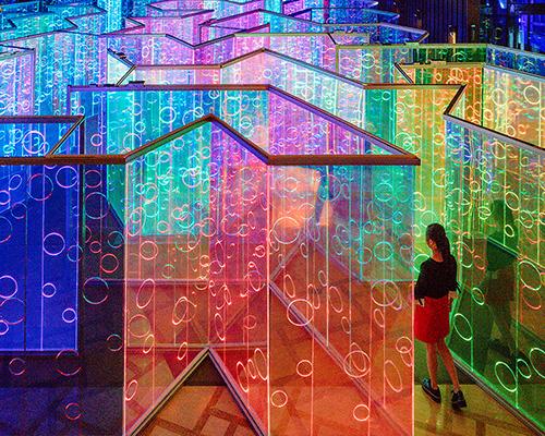 """鲁能三亚湾光影艺术节上的七色""""宇宙"""""""