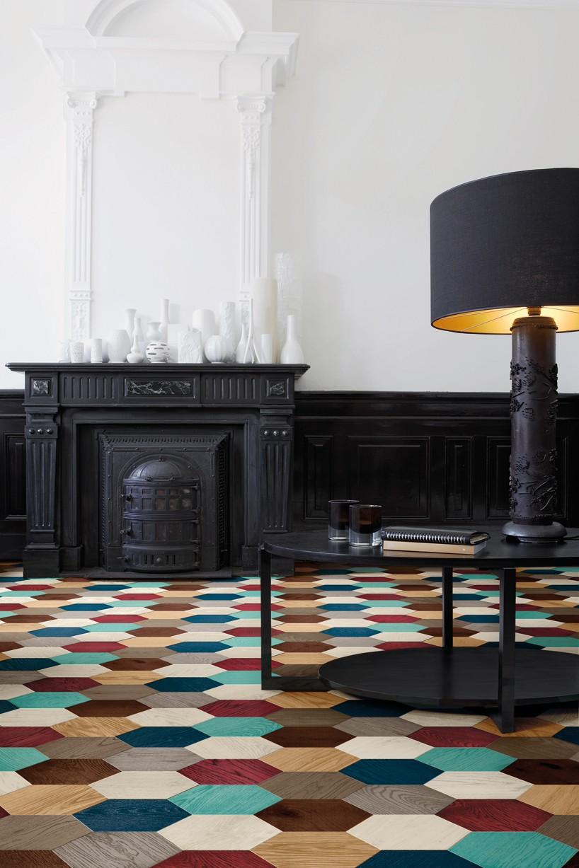 """在碧莎本次新推出的木地板系列中,设计师edward van vliet别出心裁地创造出一款带有激光雕刻图案的木地板,搭配六角形的外观与醒目的配色,精美绝伦。作为荷兰当代设计师的一员,vliet 尤其擅长从自然与文化多样性中吸取灵感,并对多种材质、形状、色彩及图案进行深入探索,最终将其结合出独一无二的设计作品,或者用设计师本人的话说——""""带入全新的领域之中""""。""""我特意选用了六边形作为的本次设计的基础形态,因为六边形从任何一个角度看都具有三维立体的视"""