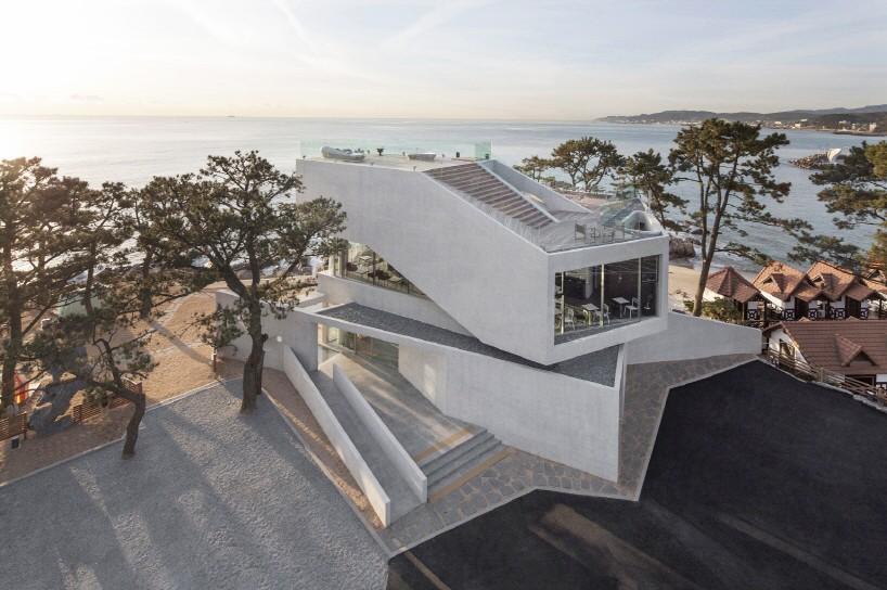WAVEON咖啡厅位于机张海滩岸的山丘上 项目中海滨的全景视图为主要特征,hee soo kwak揭示了如何能够掌握自然风景和建筑学之间的关系。 在这个意义上,所发展的主要条件在于最大化面向大海和海滩的建筑物开口的长度。 在给定的地板面积内,宽阔而长长的走廊,带有海景的休息空间在中心提供内部空隙,拥抱更多样化的沿海风景。 高度不同的长条形连续空间相互叠加,其间通过连桥连接;