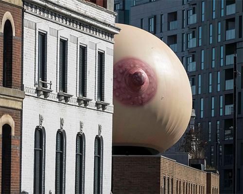 伦敦街头惊现巨大的乳房