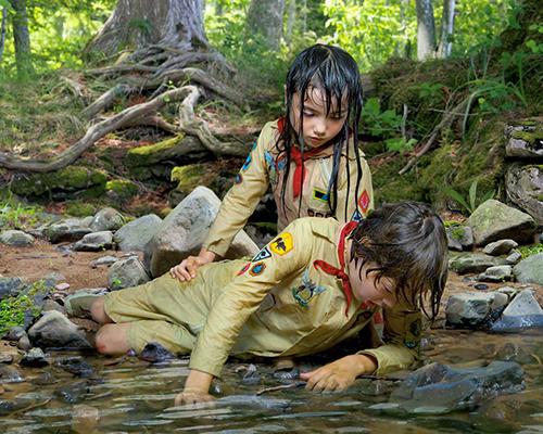 迷失在森林里的两个小孩