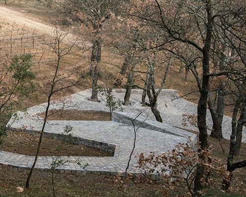 艾未未在château la coste葡萄庄园里铺设蜿蜒的石路