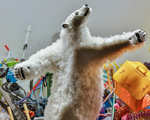 淘气的北极熊在米兰la rinascente商场