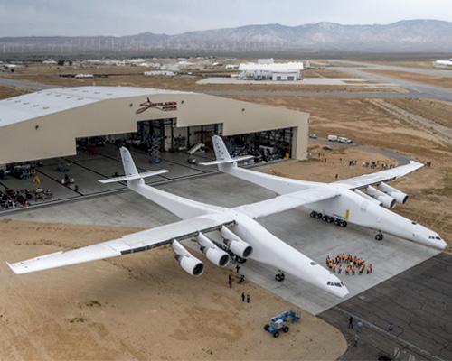 世界最大的双体飞机亮相