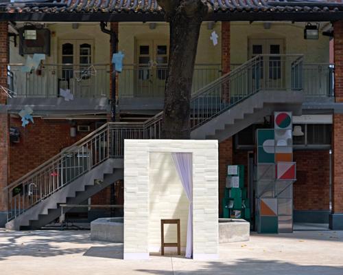 用米白色蜡砖建造的忏悔室