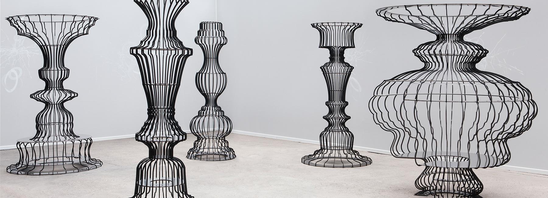 作品由五件柱形铁艺雕塑组成,每件雕塑净高两米四      铁架书槽