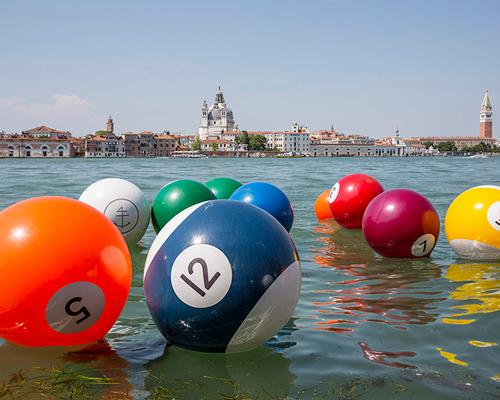 漂浮在威尼斯水面上的巨大桌球