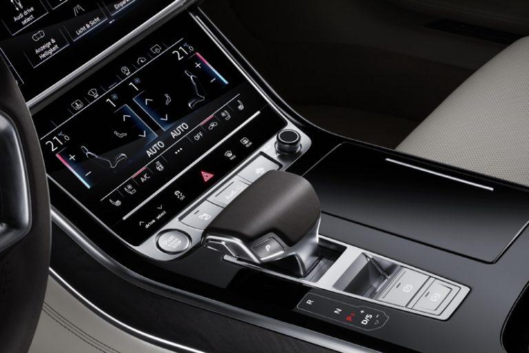 """近日,在西班牙巴塞罗那举办的品牌峰会中,奥迪携手旗下超过45款车型开办产品秀,最令人期待的全新一代奥迪""""A8""""和""""A8 L""""车型也在会上正式发布。新一代奥迪A8车身很长,配备交通堵塞辅助,能够以60公里/小时(37.3英里/小时)的最高速度进行自动驾驶。车身前面,侧面和后面都带有超声波传感器,前,后和后视镜上的四个360度摄像机,远程雷达和激光扫描仪前挡板,挡风玻璃顶部的前置摄像头和每个角落的中距离雷达。驾驶人员可以享受车辆三级自动驾驶的感受,与沃尔沃&ld"""