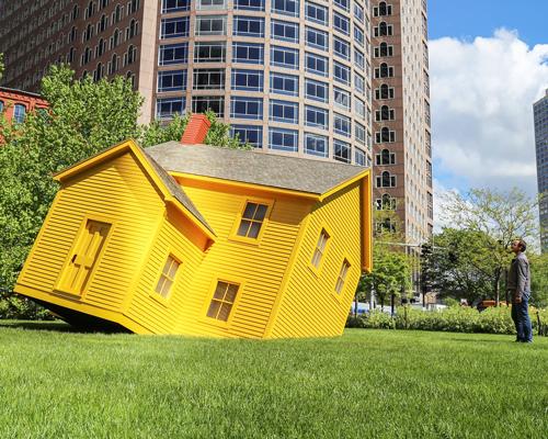 陷入草地里的贵格会风格小黄屋
