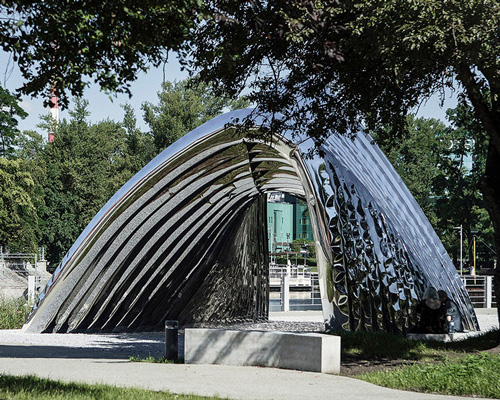 波兰小岛上的哥特式反光拱形门