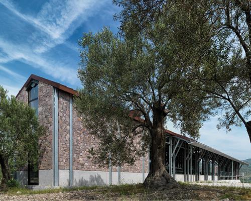 angelos有机橄榄油工厂 将工业建筑融入自然景观