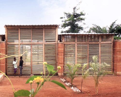 加纳inside out学校 模糊室内外界限