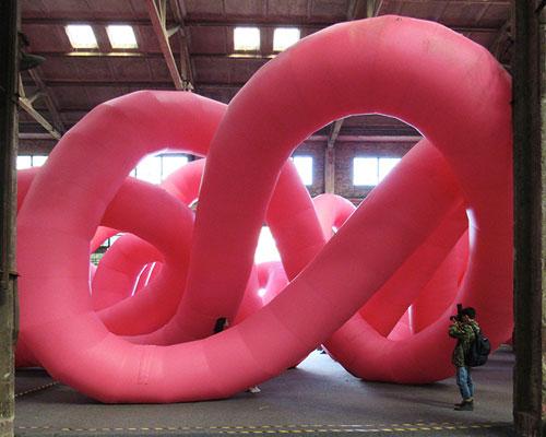 三叶草形状的巨大粉红扭结