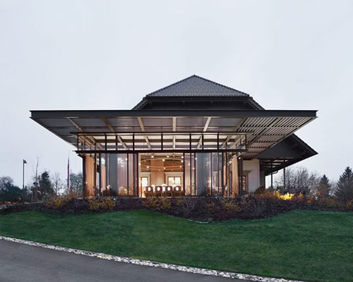 sadar + vuga为历史建筑增建玻璃大堂