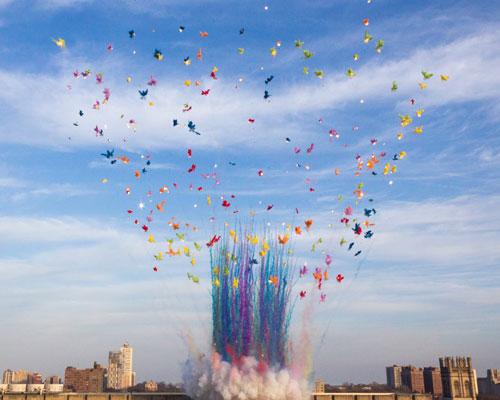 芝加哥大学上空升起五彩蘑菇云
