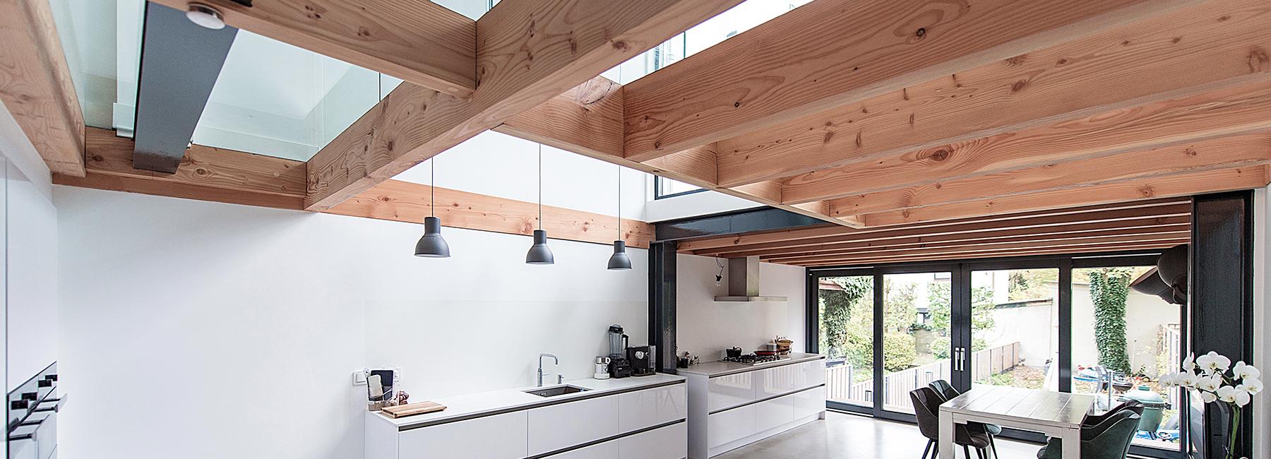 来自于荷兰的建筑工作室BLOOT对地下室进行延伸,因此已有的厨房空间就变成了一个更为宽敞的家庭厨房,能清楚地看到后花园的景色。悬浮的阳台与上面提到的空间相连接,更加强化了这种联系。你可以坐在悬浮阳台上,喝杯咖啡悠闲地度过属于你的时光。开放的客厅因为新的厨房显得非常宽敞。