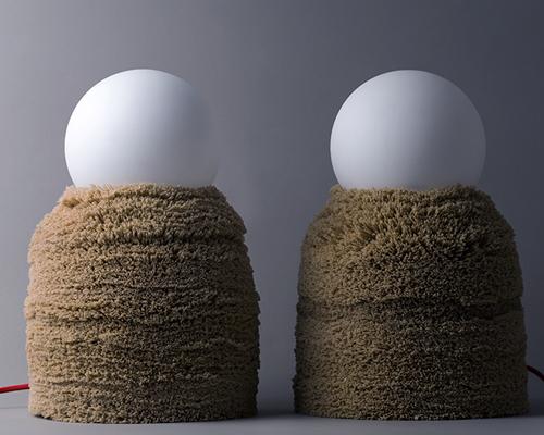 身披毛皮大衣的灯具与桌子