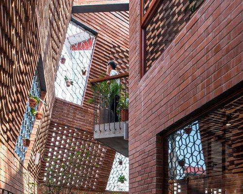 形似洞穴的双层砖结构越南城镇住宅