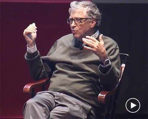 辍学学生比尔盖茨回到哈佛大学与学生亲密交谈