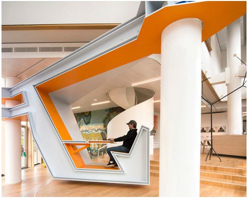 形似方程式赛车的悬浮办公空间