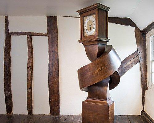 alex chinneck为古董落地大座钟打了一个结