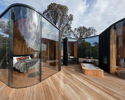 自然公园中的波状海景森林小屋