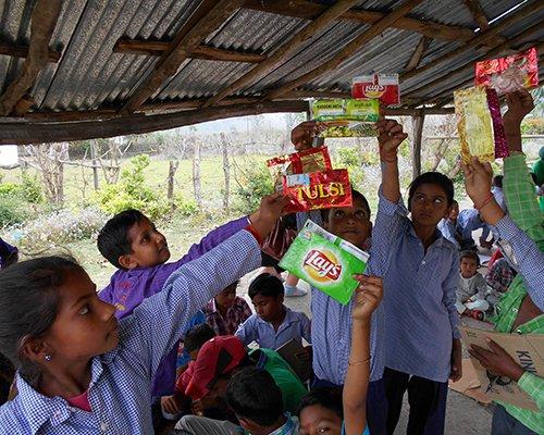印度学生通过寄回塑料包装来对抗白色污染