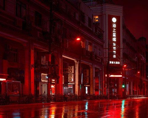 cody ellingham拍摄红色迷雾中的上海