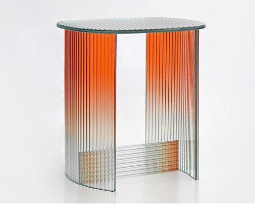 用凹槽玻璃打造的梦幻渐变边桌