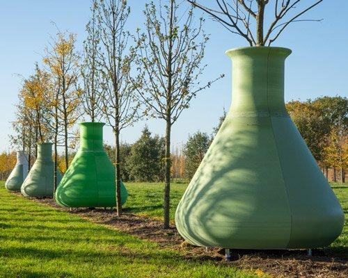 看巨人做实验 种着树的超大锥形瓶