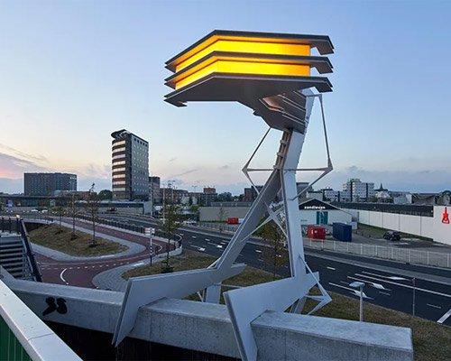 """钳在高架桥上的""""灯标""""装置"""