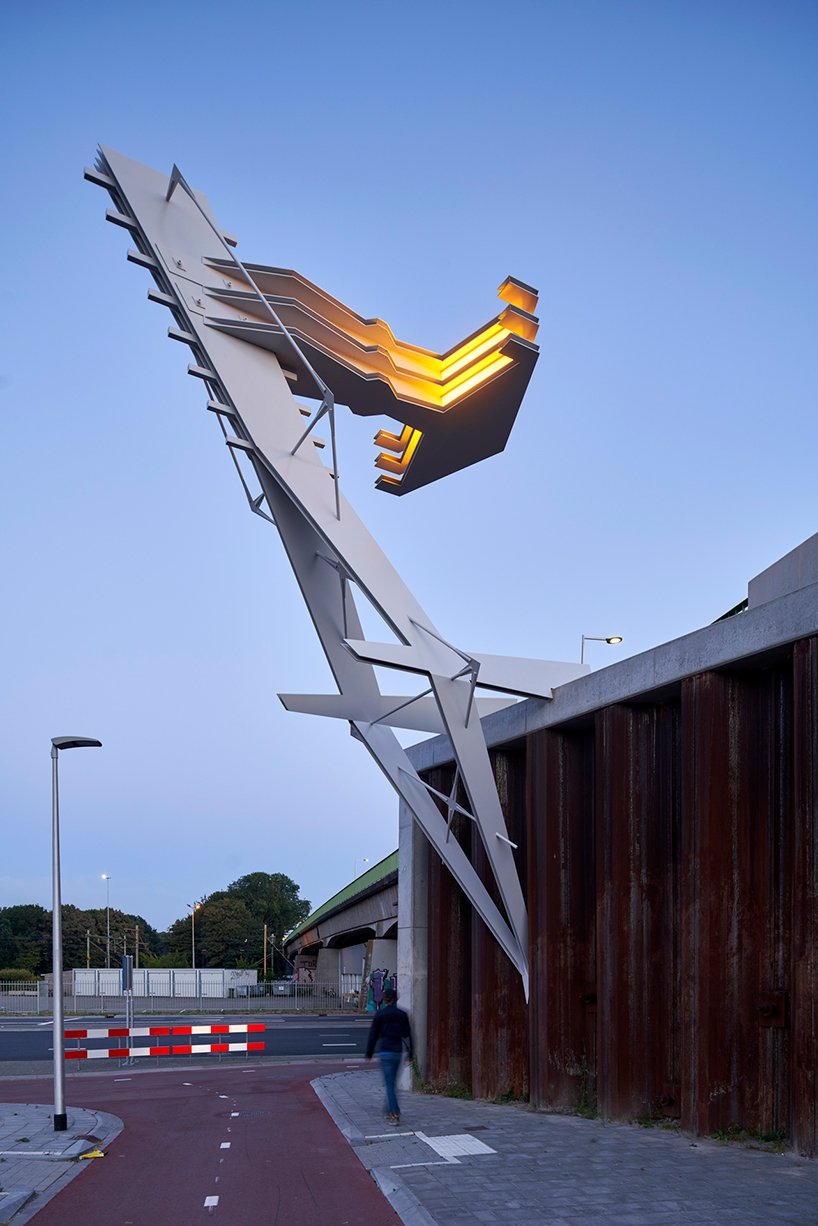 """钳在高架桥上的""""灯标""""装置-BlueDotCC, 蓝点文化创意"""